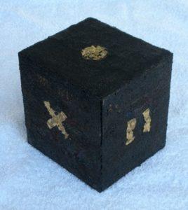 Wuerfel Schwarzgold Objekt 14x15 cm